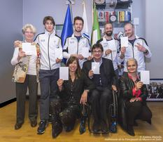 Carton blanc Italie - Standing, from left to right:  Tiziana Nasi, President of the FISIP, Fabrizio Casal, Giacomo Bertagnolli, Manuel Pozzerle, Igor Confortin, Snowboard Technical Manager;  In front - Angelica Mastrodomenico, Paralympic Preparations Officer, Luca Pancalli, President of the Italian Paralympic Committee and Martine Garcia-Mascarenhas, Second Secretary at the Embassy of Monaco in Italy