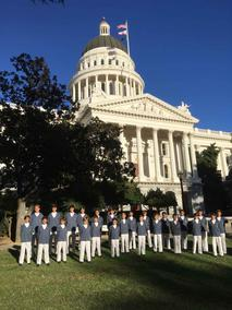 Voir la photo - The Little Singers of Monaco in front of the California State Capitol building in Sacramento – © – DR